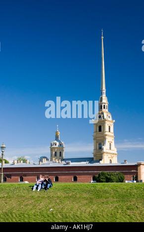 Couple à l'extérieur de la forteresse de Saint Pierre et Saint Paul, Saint Petersburg, Russie Banque D'Images