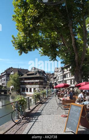 Strasbourg. Café avec terrasse sur les rives de l'Ill à la Petite France, à proximité du centre-ville, Strasbourg, Banque D'Images