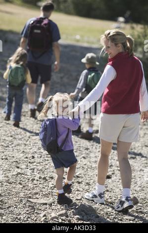 Famille de cinq personnes de partir en randonnée pédestre Banque D'Images