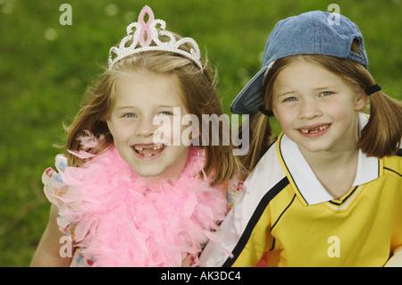Jumelles habillées de styles contrastants Banque D'Images