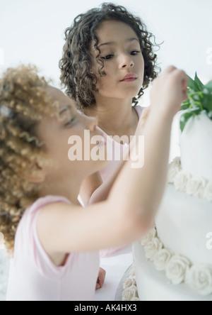 Les filles à la recherche de gâteau de mariage Banque D'Images