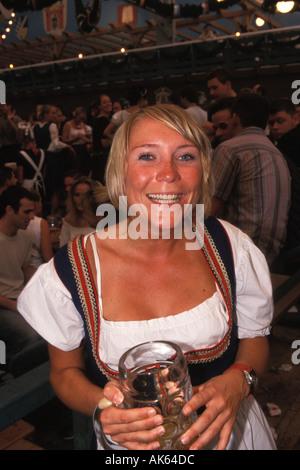 Allemagne, Munich, Oktoberfest, Woman in beer hall