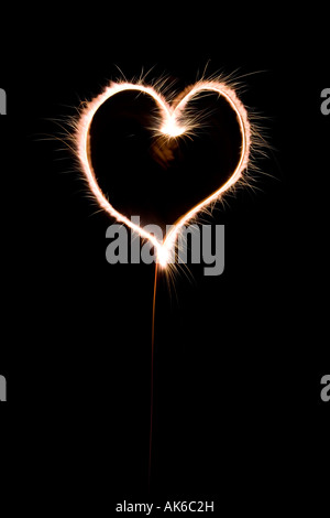 Forme de coeur fait avec sparkler la nuit