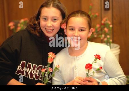 L'âge de 12 bénévoles à la soupe populaire de bienfaisance échange le jour d'action de grâce le dîner. Minneapolis Banque D'Images