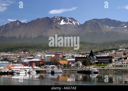 Voir d'Usuhaia ville de la mer avec les Andes en arrière-plan. Banque D'Images