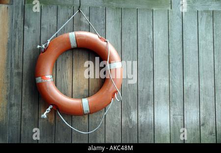 Bouée accroché sur le mur en bois Banque D'Images