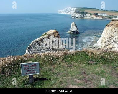 Falaise, panneau d'avertissement en haut de falaises de craie le long de la Baie d'eau douce Île de Wight Banque D'Images
