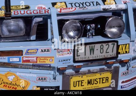 Publicité autocollants ornent le front d'un véhicule utilitaire à sei sei un muster Australian Outback Banque D'Images