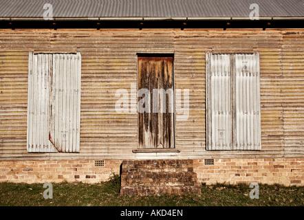 Ancien bâtiment de ferme avec barricadèrent windows Banque D'Images