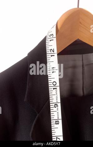 Close up de convenir à la pendaison sur rail avec des tailleurs ruban de mesure - mesure pouces impériale montrant Banque D'Images