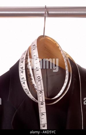 Fonction de pendaison sur rail avec ruban de mesure tailleurs enroulé autour de départ Banque D'Images