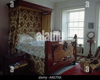 meubles anciens en bois sculpté lit à dais, curtainson auvent dans