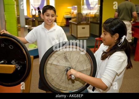Les étudiants de l'ILLINOIS Aurora expérimenter avec les expositions dans Sci Tech les mains sur l'intérieur du Banque D'Images
