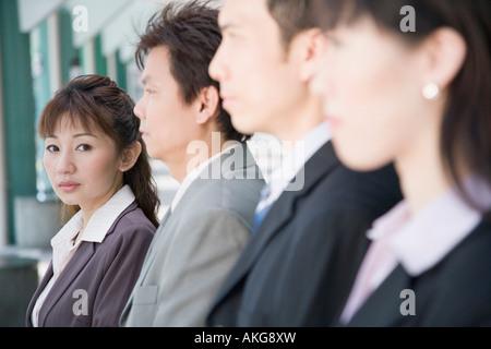 Portrait d'une femme avec ses trois collègues à côté d'elle Banque D'Images