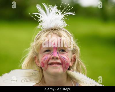 Fille avec un papillon peint sur son visage Banque D'Images
