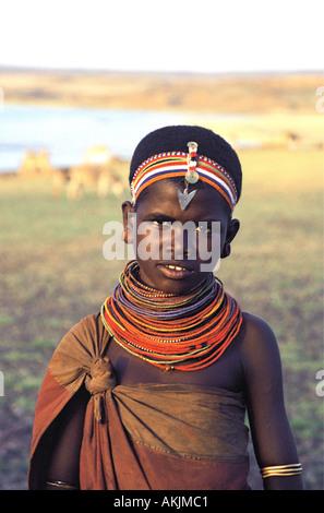 Jeune fille adolescente El Molo ou de vêtements traditionnels et de perles colorées bandeaux semblables à Samburu Banque D'Images