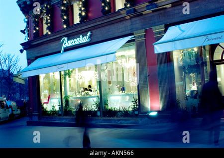 Paris France, les magasins 'Luxe' en cristal de Baccarat 11 Place de la Madeleine' 'devanture illuminée au crépuscule' Banque D'Images