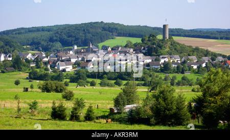 Panoramaansicht von Hartenfels im Westerwald, Rheinland-Pfalz, Dorfidyllle, Mittelgebirgslandschaft, Waldgebiet, Banque D'Images