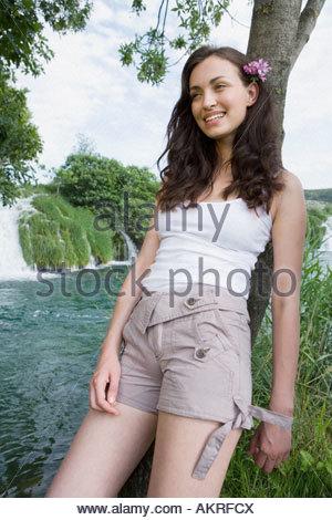 Femme debout près d'une chute Banque D'Images