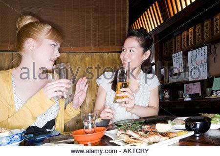 Amis parler dans un bar Banque D'Images