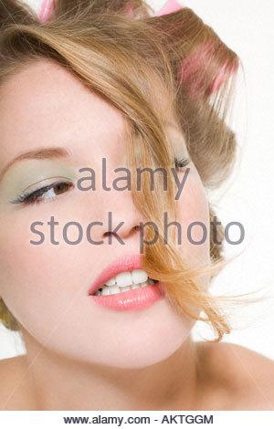 Jeune femme portant des bigoudis Banque D'Images