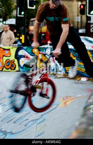 Un BMX Freestyle rider obtient d'air à un skate park à Londres Banque D'Images