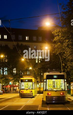 Arrêt de tramway avec le trafic et de tramway dans le centre-ville de Berlin dans la soirée, marché Hackesch, Berlin, Allemagne Banque D'Images