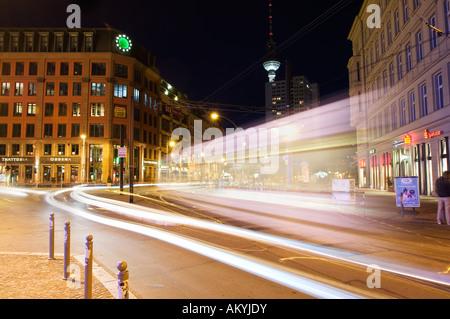 Arrêt de tramway et de tram dans le centre-ville de Berlin dans la soirée, marché Hackesch, Berlin, Allemagne Banque D'Images