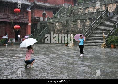 Les touristes de prendre des photos dans un temple, Wudangshan, Chine Banque D'Images