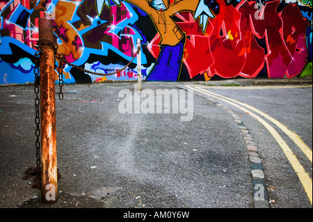 Scène urbaine du centre-ville de graffiti sur un mur peint à la bombe Banque D'Images
