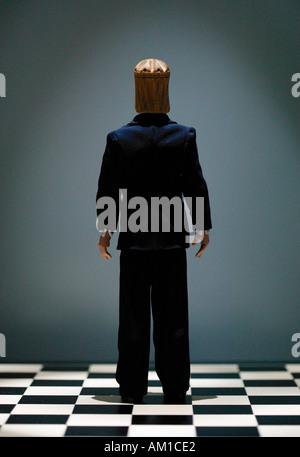 Image conceptuelle d'échecs roi pièce portant l'une debout sur échiquier