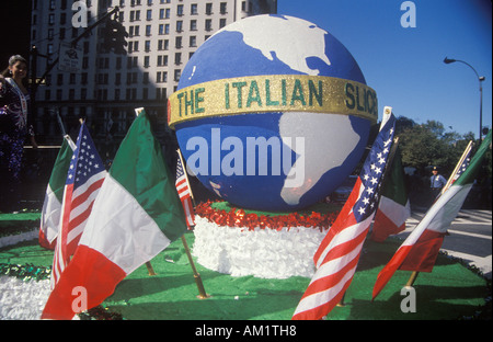 Flotteur avec Globe Columbus Day Parade New York New York Banque D'Images