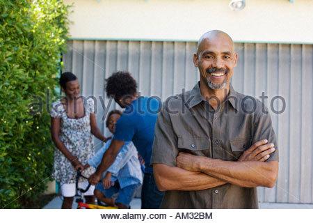 Homme debout dans l'entrée avec les gens en arrière-plan Banque D'Images