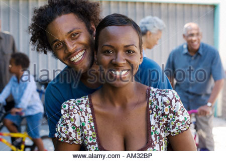 Couple allée avec des gens en arrière-plan Banque D'Images
