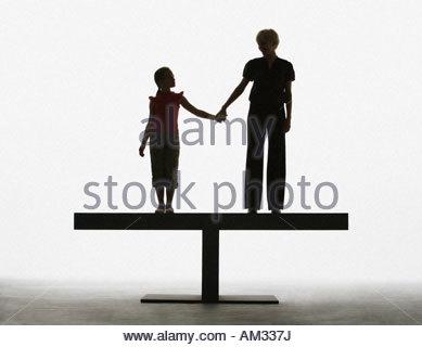 Femme et de la jeune fille se tenant la main sur une planche Banque D'Images