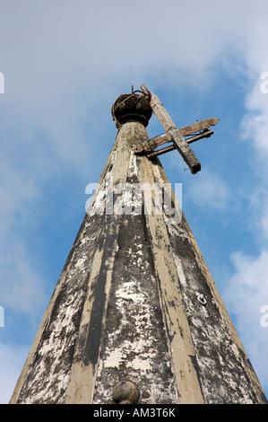 Broken croix sur l'église à l'abandon sur l'île de Faial, dans les Açores. Banque D'Images