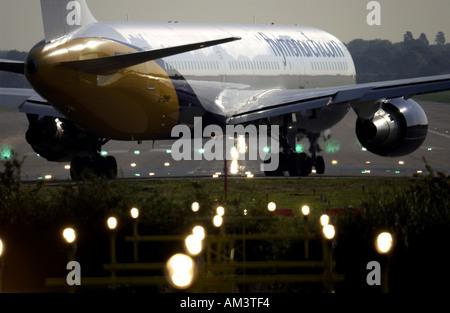 Un monarque Airways Jet se prépare à décoller de l'aéroport de Londres Gatwick Banque D'Images