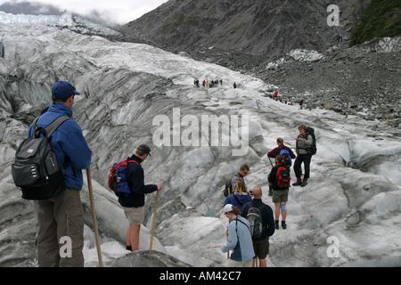 Les touristes d'une grotte de glace lors de votre randonnée sur le Fox Glacier dans le parc national du Mt Cook ile sud Nouvelle Zelande