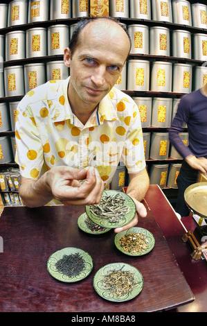 Portrait Paris France English propriétaire d'affaires en magasin de thé 'Palais des Thes' Man Holding Les feuilles Banque D'Images