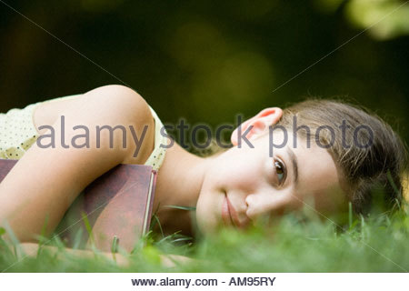 Girl laying in grass Banque D'Images