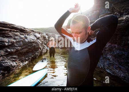 Deux hommes dans l'eau prêt à surfer. Banque D'Images