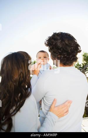 Couple tenant un bébé à l'extérieur. Banque D'Images