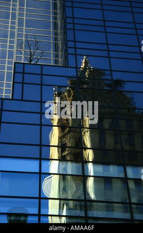 La réflexion de la ville de New York Building Banque D'Images