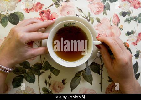 Une femme à boire une tasse de thé Banque D'Images