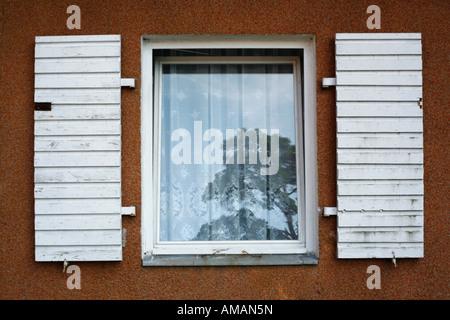 Une fenêtre avec les volets ouverts Banque D'Images
