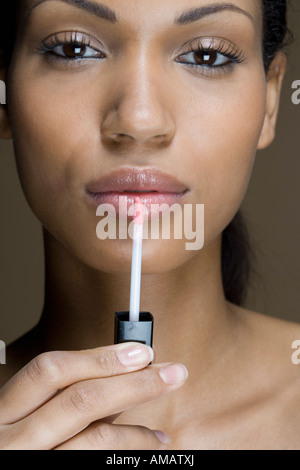 Une femme d'appliquer Lip Gloss Banque D'Images