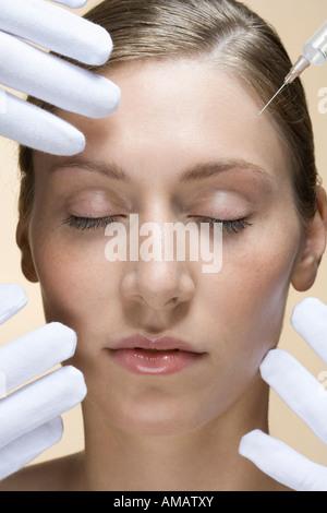 Une femme ayant une injection de collagène