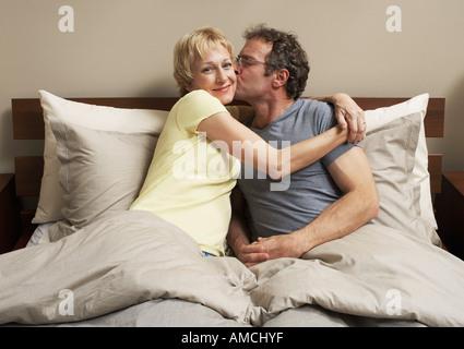 Couple au lit Banque D'Images