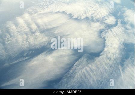 Les nuages qui se forment la forme d'un ange dans le ciel bleu Banque D'Images