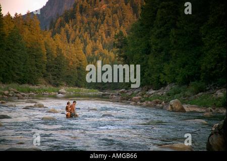 Couple de patauger dans la rivière Similkameen près de Hedley British Columbia Canada Banque D'Images